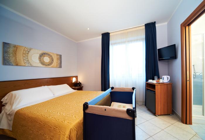 Foto camera tripla con culla - Hotel Sirio a Lido di Camaiore in Versilia, Toscana